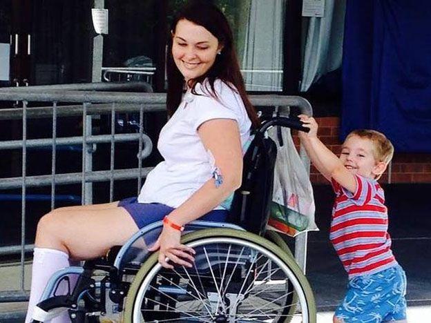Quedó en silla de ruedas tras usar el maquillaje de una amiga