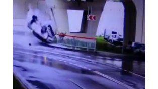 Un auto cayó de una autopista, terminó destrozado y el conductor salió ileso