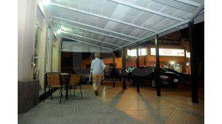 Casi nadie. Este es el panorama que presentan los comercios de Bulevar y Urquiza debido al socavón.