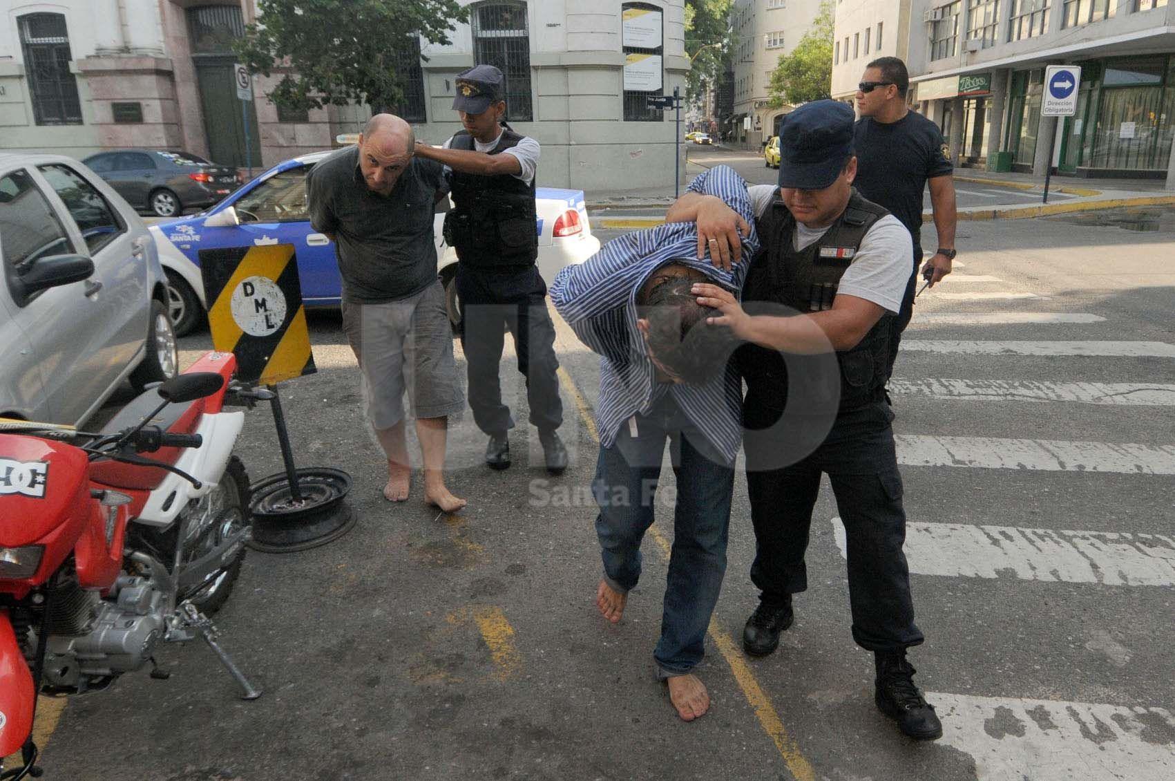 Tras el golpe. Martín Romano (adelante) detenido el 1 de febrero del 2013