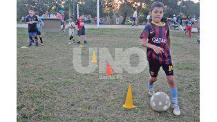 Fútbol infantil. Con cerca de 100 chicos