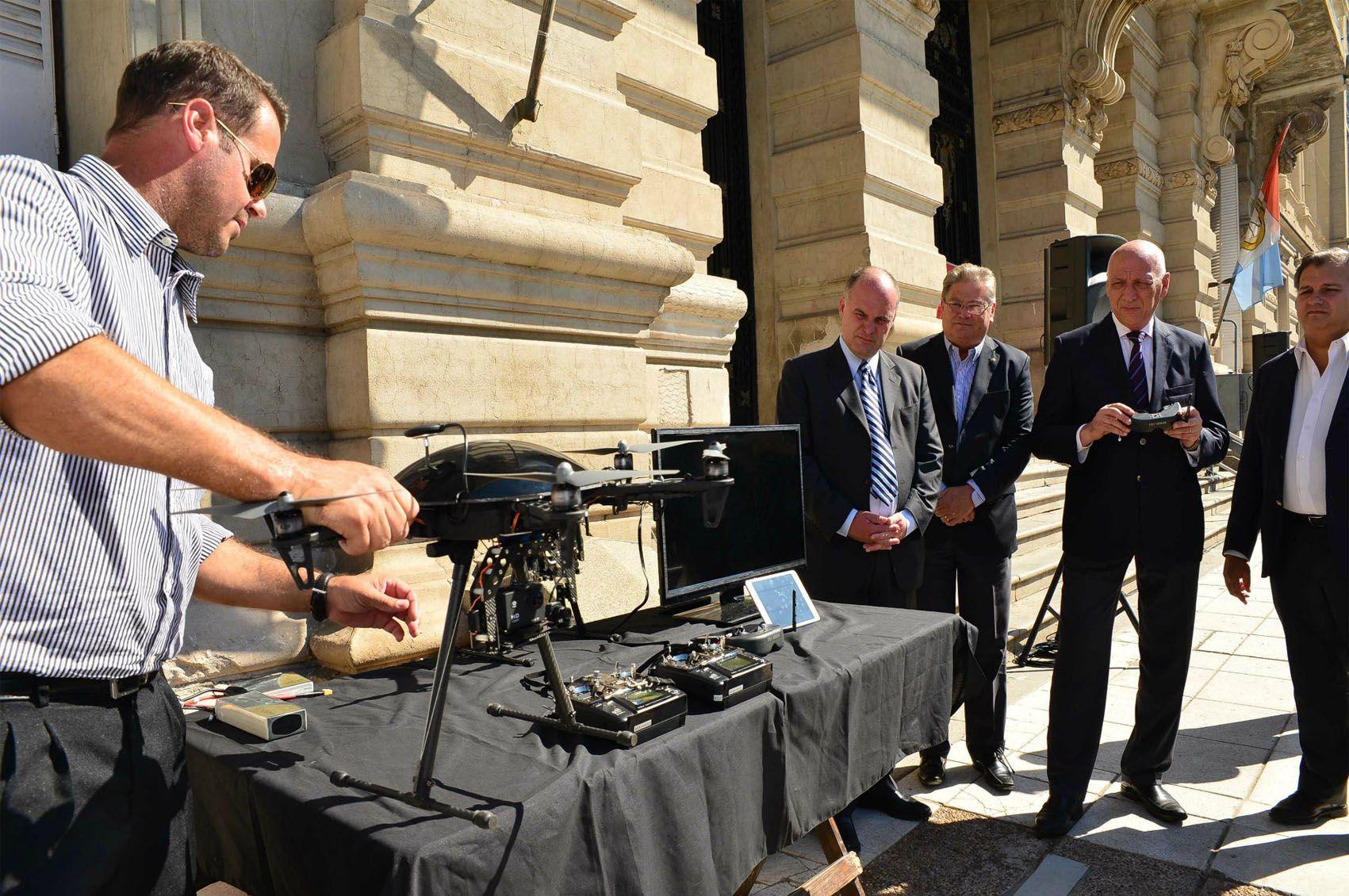 El acto de entrega en Santa Fe de patrulleros y drones para la policía.