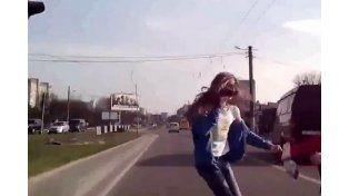 Misterio por el video de una chica que sale ilesa después de ser atropellada