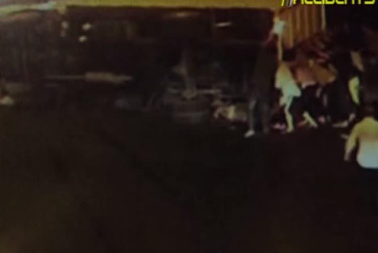 Mirá cómo un grupo de peatones levanta un camión para salvar a un motociclista