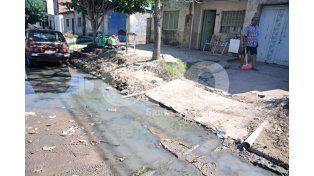 Los Hornos: calles intransitables por la extensión de la red cloacal