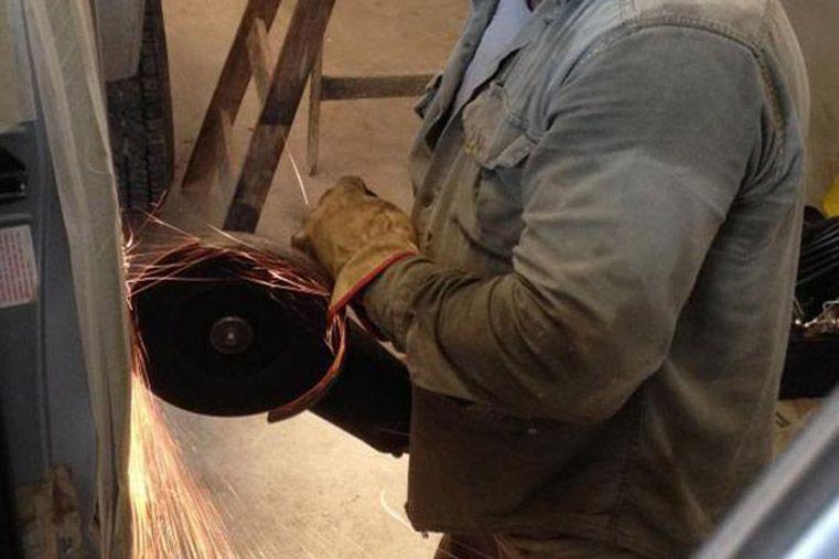 Un hombre se cortó el pene con una amoladora mientras trabajaba