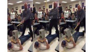 Un profesor le falló al ángulo y le pegó un mazazo a su alumno en la ingle