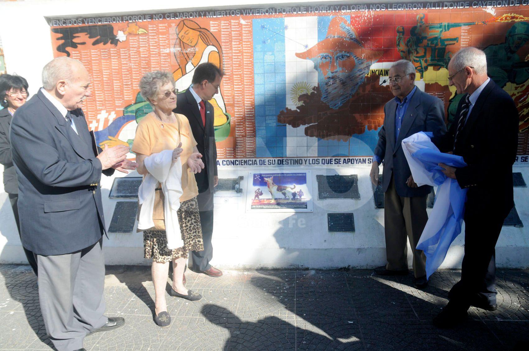 La Asociación Civil Plaza del Soldado durante la inauguración del pequeño mural.