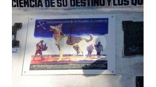 El cerámico que recuerda el paso de los 19 perros que estuvieron en el combate de Malvinas.