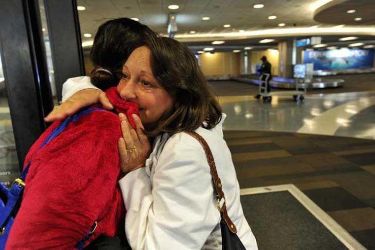 Una madre lloró cuando escuchó el latido del corazón de su hijo en el cuerpo de otra mujer