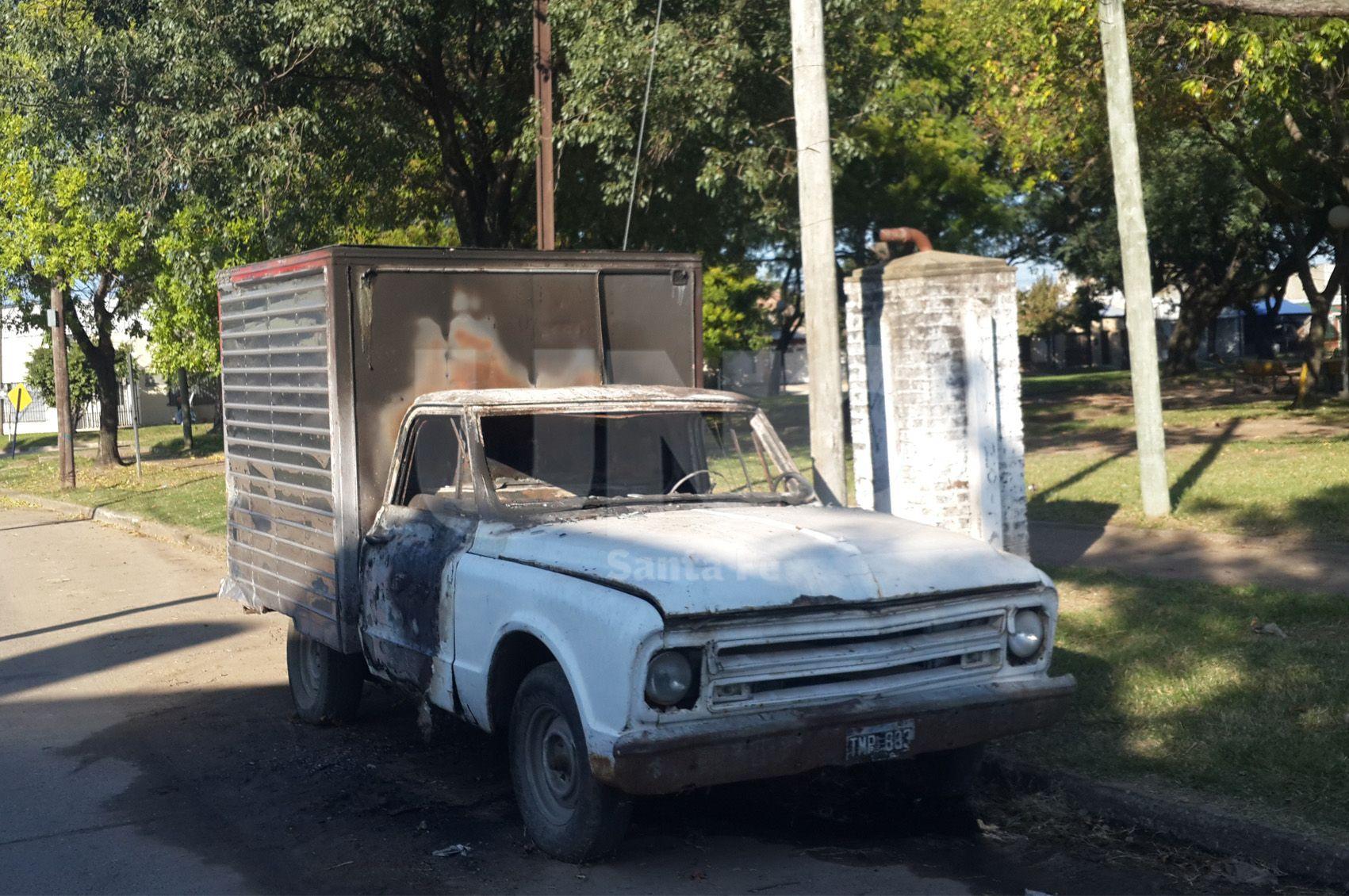 Así quedó el auto incendido en barrio los hornos.