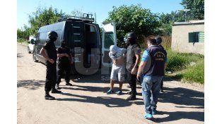 Resistencia. El mayor de los hombres apresados intentó escapar de la acción policial