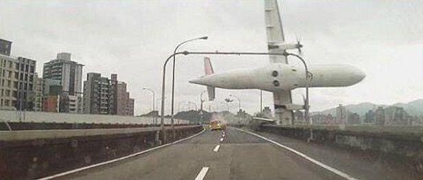 Desde una ruta fue captado el momento en el que la aeronave caía al agua.