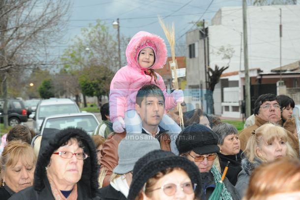 Pese al frío y a la lluvia, cientos de fieles veneraron a San Cayetano