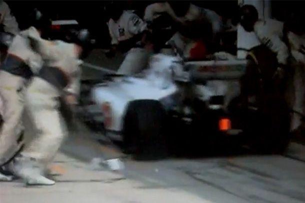 El piloto de F1 Kobayashi atropella a varios de sus mecánicos en Silverstone