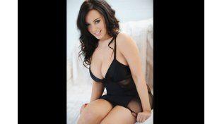 El topless caliente de una modelo británica