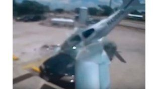 Conmoción en el aeropuerto de Texas: cayó una avioneta arriba de un auto estacionado
