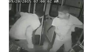 Un joven con capacidades diferentes lograr frustrar un asalto en un colectivo