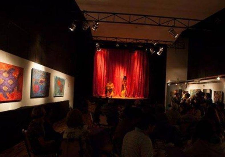 Iniciativa santafesina: una sala de teatro entrega frazadas a los espectadores por los aumentos de luz