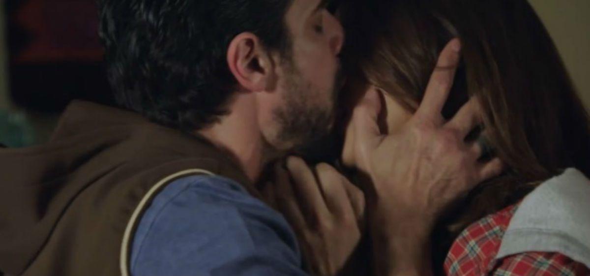 El primer beso bien apasionado de Araceli González y Luciano Castro