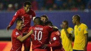 Escándalo: Perú ganó con un gol con la mano y eliminó a Brasil
