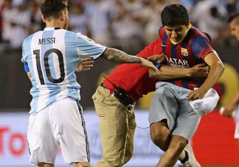 ¿Quién es el joven que fue a abrazar a Messi tras el partido?