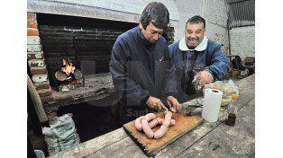 De peña. Los amigos tienen su lugar: en este caso con los tradicionales choripanes.// Manuel Testi –UNO Santa Fe-