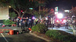 """La Policía realizó una """"explosión controlada"""" frente a la discoteca de Orlando. (@la_informacion)"""
