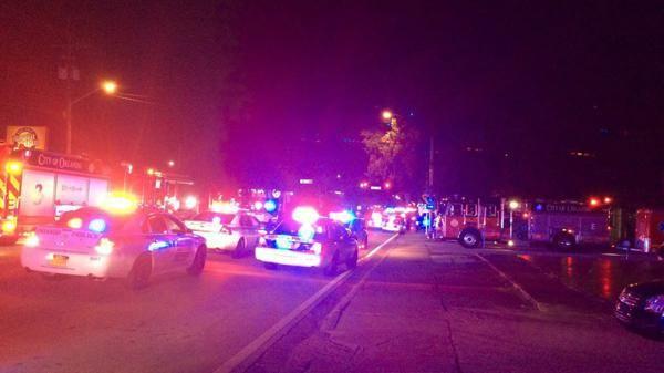 Varios móviles policiales fueron hasta la discoteca de Orlando donde ocurrió el hecho. (@ElHuffPost)