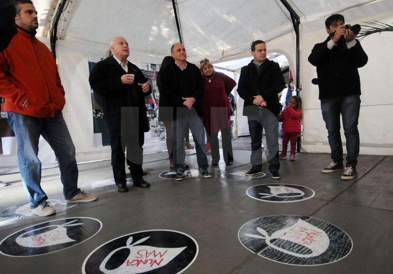 El gobernador entregó un aporte económico para el funcionamiento de la muestra itineraria de Ana Frank este sábado al mediodía en Santa Fe. Foto: J.M. Baialardo