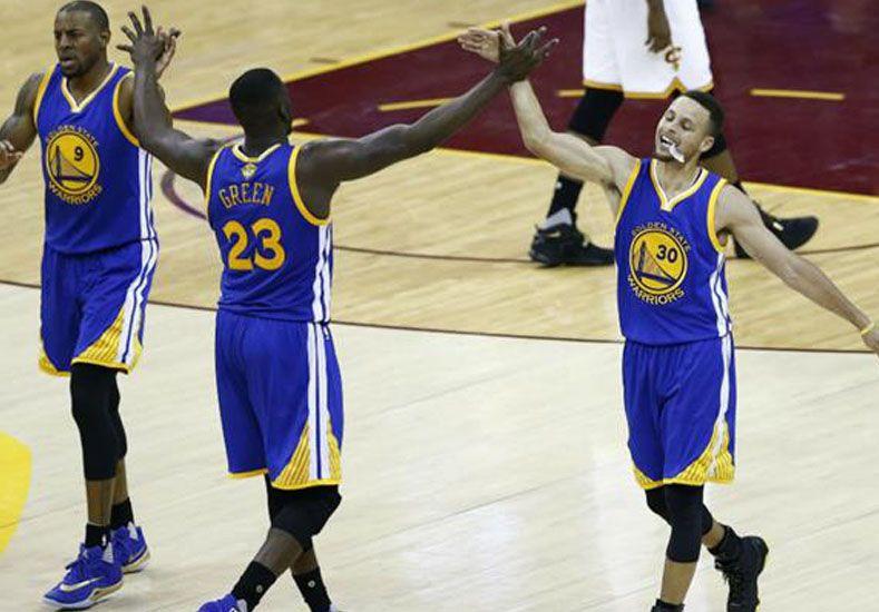 Golden State venció a Cleveland como visitante y quedó a un paso de un nuevo anillo de la NBA