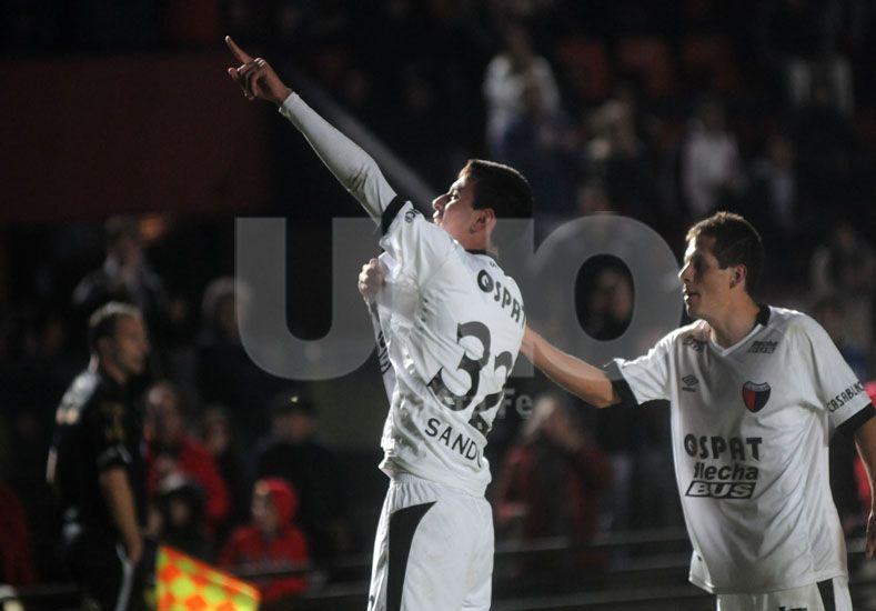 Tomás Sandoval en su noche soñada cuando ingresó ante Olimpo y a los pocos minutos convirtió un gol / Foto: Manuel Testi - Uno Santa Fe