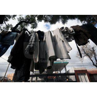 El perchero solidario de Aristóbulo del Valle al 4200. Diario UNO / Mauricio Centurión
