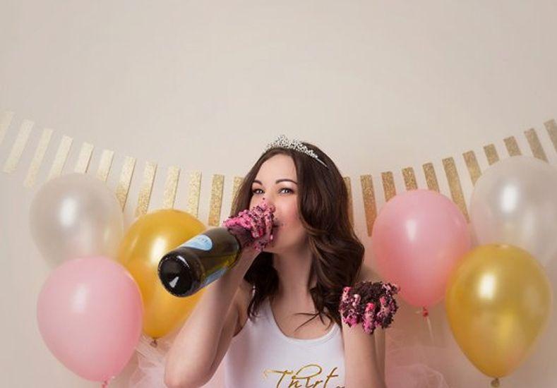 Estrellar la cara contra la torta es la extraña moda que se impone para festejar el cumpleaños