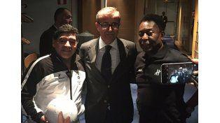 Maradona y Pelé, juntos: un abrazo en París y la promesa que Diego le hizo al brasileño