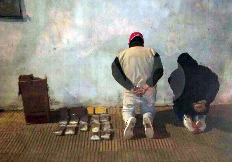 Los detenidos junto a la droga secuestrada en la madrugada de este jueves