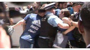 Messi padeció el fanatismo de una mujer y resultó lastimado