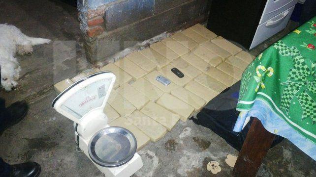 Los panes de droga secuestrada en la vivienda de barrio Chaqueño.