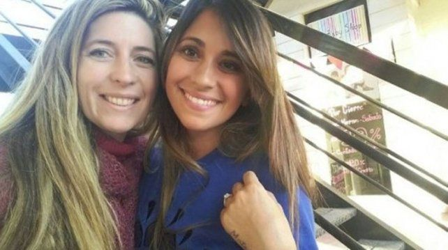 Antonella Roccuzzo pasea su sexy figura por un shopping santafesino