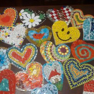 un mural de corazones de mosaico para homenajear al doctor favaloro