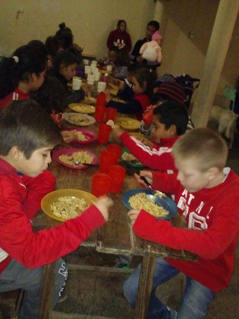 Demanda. Son cada vez más los chicos que concurren a diario a buscar un plato de comida.