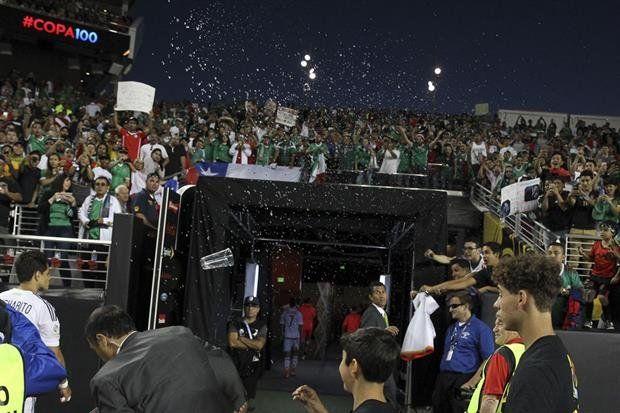 Los jugadores dejan el campo bajo una lluvia de insultos.