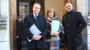 Medida. Los tres diputados en la puerta del Juzgado Federal luego de presentar el escrito.