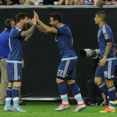 Lavezzi festeja su gol junto a Messi