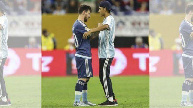 Las imágenes que la televisión no mostró cuando un fanático se arrodilló ante Messi