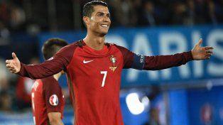 Cristiano Ronaldo se enojó con un periodista y le tiró el micrófono al agua