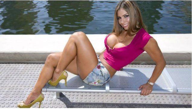 Una actriz porno posó con los rescatistas tras sufrir un accidente automovilístico