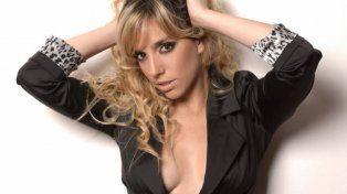 Tremendo topless de Tamara Pettinato en la foto casual de sus compañeras en camarines