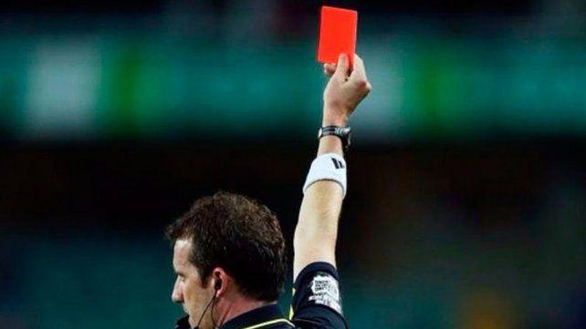 Le sacó tarjeta roja a un futbolista por una flatulencia