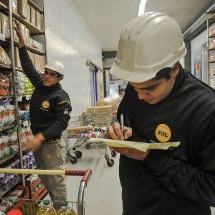 Inserción. Funcionarios municipales visitaron a los jóvenes que llevan a cabo la experiencia en un supermercado mayorista.